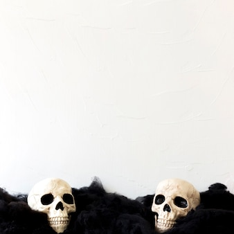 Teschi umani su materiale nero