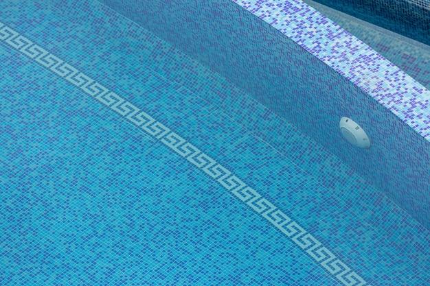 Tessere di mosaico blu in piscina con acqua.