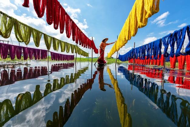 Tessuti di loto colorati artigianali realizzati con fibre di loto nel lago inle, shan state nel myanmar.