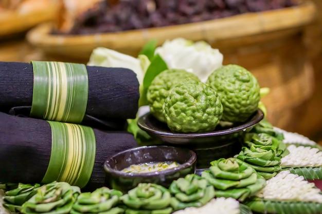 Tessuto blu scuro, crema scrub e bergamotti con pandan decorativo sul cestino decorativo