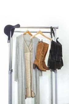 Tessuto boho chic alla moda su rotaia. abito femminile alla moda in stile bohémien.