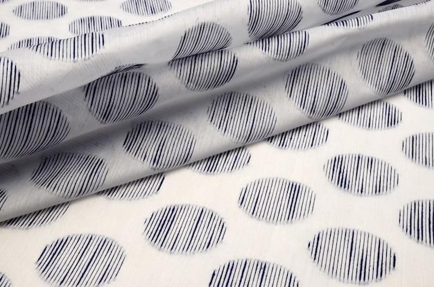 Tessuto di cotone con piselli di viscosa blu su bianco
