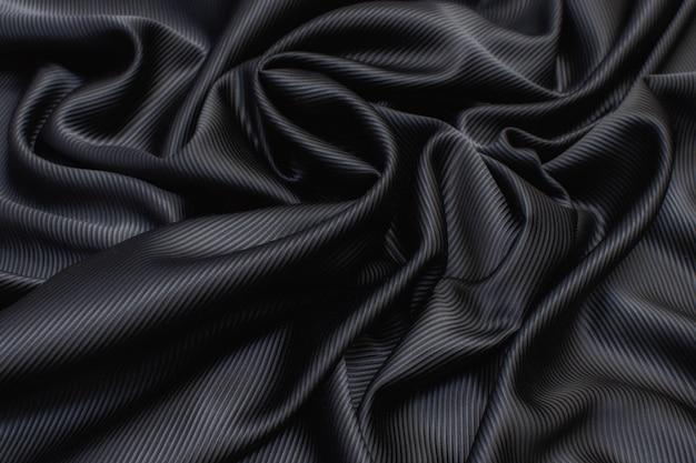 Tessuto di seta cadi di colore nero nella disposizione artistica