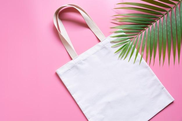 Tessuto di tela bianca. mockup del sacco dello shopping del panno con lo spazio della copia.