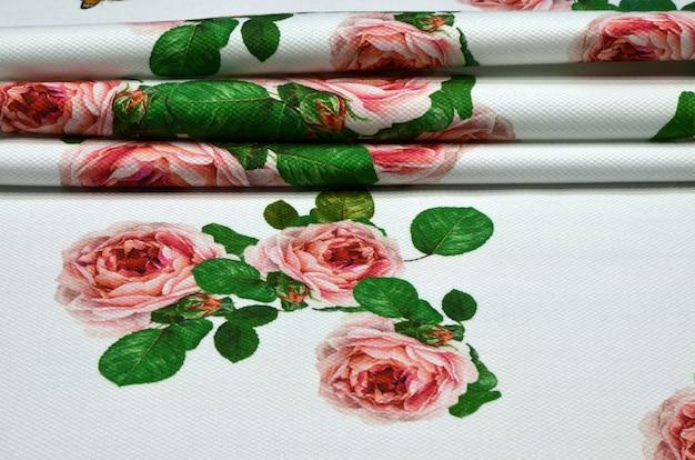 Tessuto in cotone con ornamento geometrico di rose e farfalle