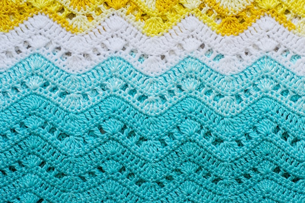 Tessuto in cotone multicolore all'uncinetto in colori estivi.