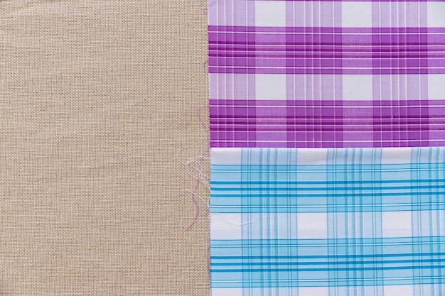 Tessuto modello blu e viola su un semplice sacco
