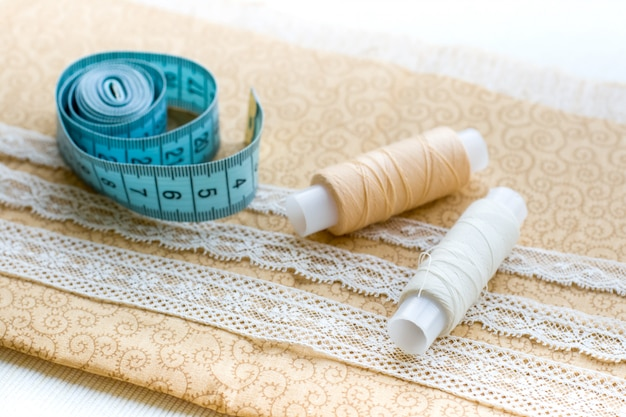 Tessuto per cucire, pizzi e rocchetti di filo per cucito