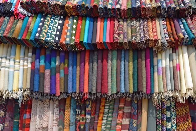 Tessuto tradizionale in un mercato di tacchi nepal, asia.