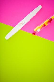 Test di gravidanza. il risultato è positivo con due strisce. il trattamento dell'infertilità con le pillole, aiuta a concepire un bambino. le compresse della gravidanza non funzionano, contraccezione.