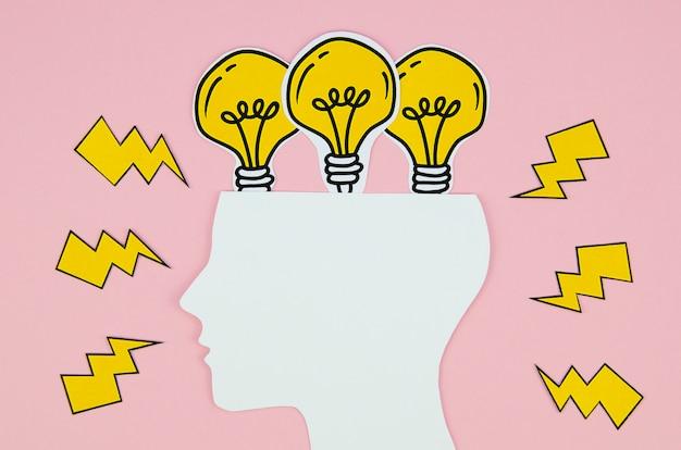 Testa con il concetto di idea di lampadine dorate