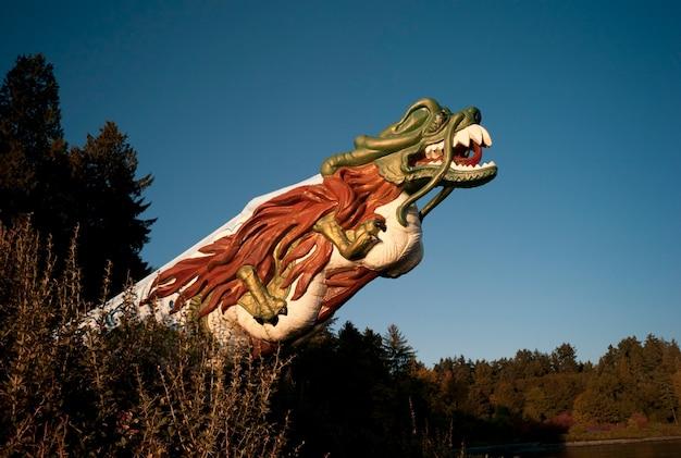 Testa del drago scolpita a stanley park vancouver, columbia britannica, canada