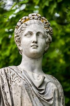 Testa della statua in marmo di cerere romana o demetra greca nel parco del palazzo
