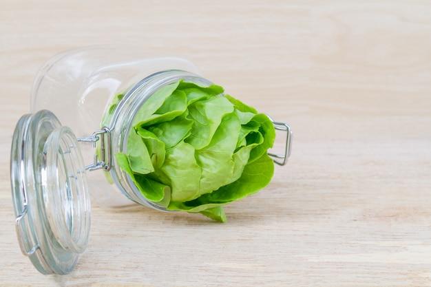 Testa di burro in vaso di vetro.