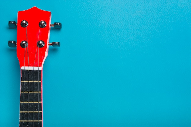 Testa di chitarra classica acustica su sfondo blu
