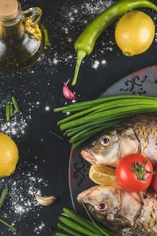 Testa di pesce con erbe aromatiche, limone e pomodori