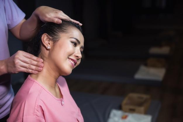 Testa e collo di massaggio tailandesi in stazione termale