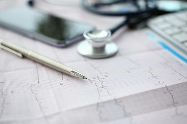Testa medica dello stetoscopio e cuore rosso del giocattolo