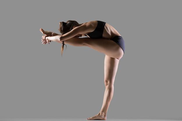 Testa permanente alla posa del ginocchio yoga