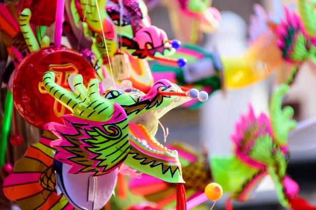 Testa variopinta del drago nel festival di giorno cinese.