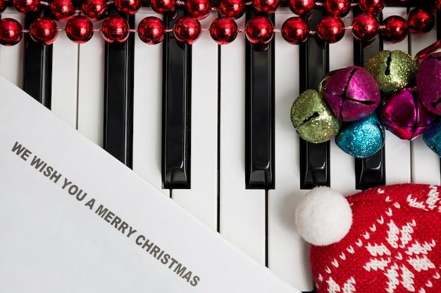 Testi stampati sul pianto con jingle bells