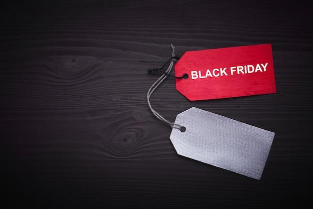 Testo del black friday su un'etichetta nera su carta nera
