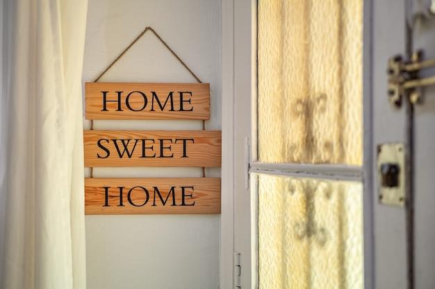 Testo della casa dolce casa su una targhetta di legno