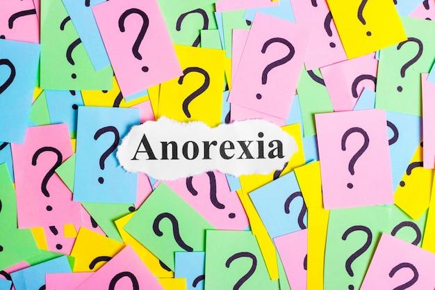 Testo della sindrome di anoressia su note adesive colorate