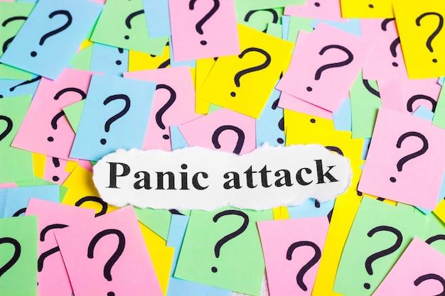Testo della sindrome di attacco di panico su note adesive colorate