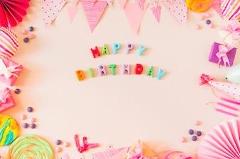 Testo di buon compleanno con il concetto di partito su sfondo colorato