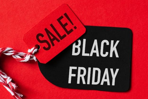 Testo di vendita di black friday su un'etichetta rossa e nera. concetto di acquisto