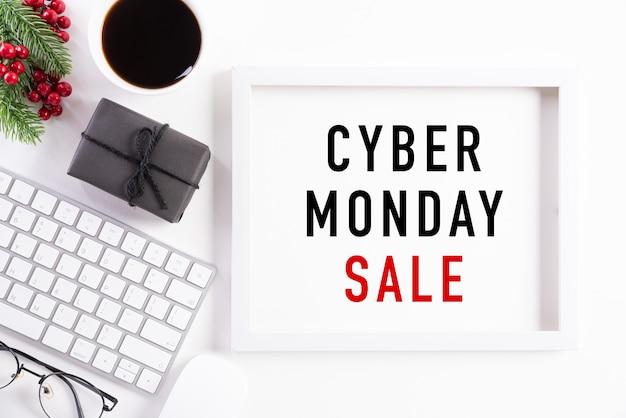 Testo di vendita di cyber monday sulla decorazione bianca della cornice
