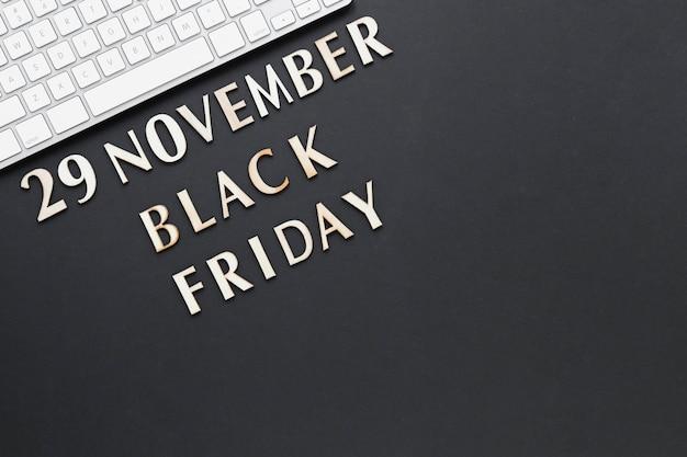 Testo di venerdì nero vista dall'alto vicino alla tastiera