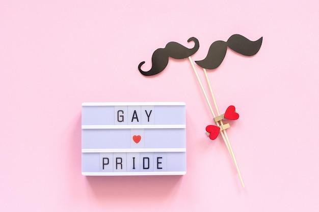 Testo lightbox oggetti di orgoglio gay e paio di baffi di carta. concetto omosessualità gay amore festa nazionale contro l'omofobia