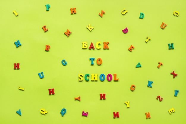 Testo ritorno a scuola di lettere multicolore