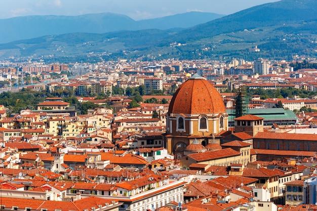 Tetti della città e cappella medicea a firenze, italia