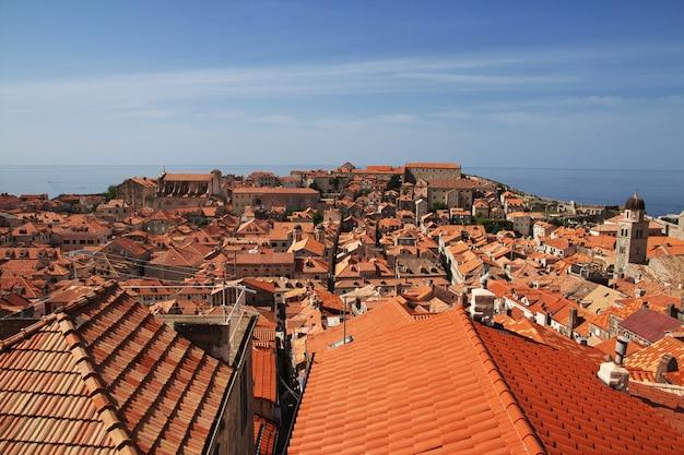 Tetti rossi nella città di dubrovnik sul mare adriatico, croazia