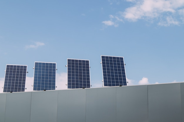 Tetto a pannelli solari. energia verde, energia alternativa rinnovabile