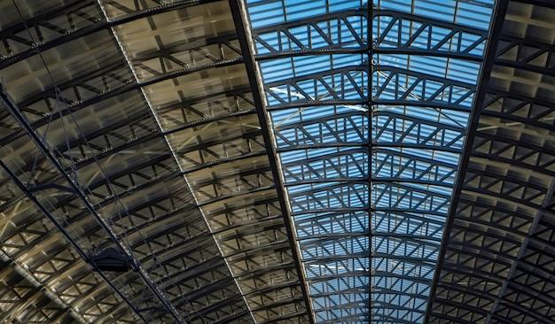 Tetto di vetro della stazione centrale di amsterdam nei paesi bassi