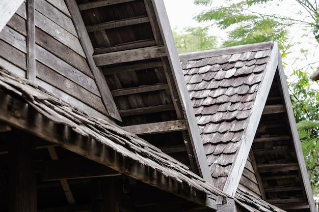 Tetto in legno vecchio classico di architettura