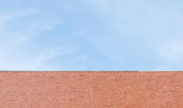 Tetto marrone del primo piano del tempio sul fondo del cielo blu