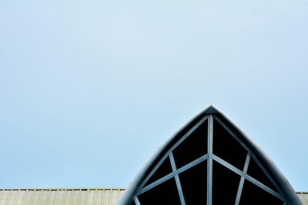Tetto moderno del metallo su cielo blu
