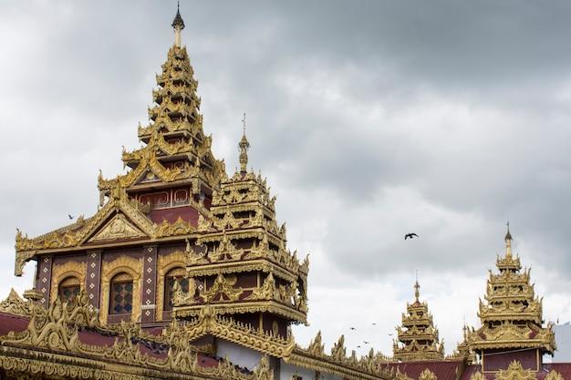 Tetto superiore della pagoda di shwedagon nel cuore di yangon, myanmar