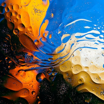 Texture di goccioline di olio sulla superficie dell'acqua.