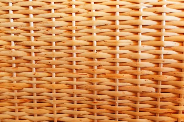 Texture di mobili in vimini fatti a mano, prodotti e souvenir al mercato dell'artigianato di strada.
