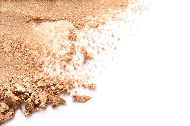 Texture di ombretto rotto o polvere. il concetto di moda e industria della bellezza. avvicinamento.