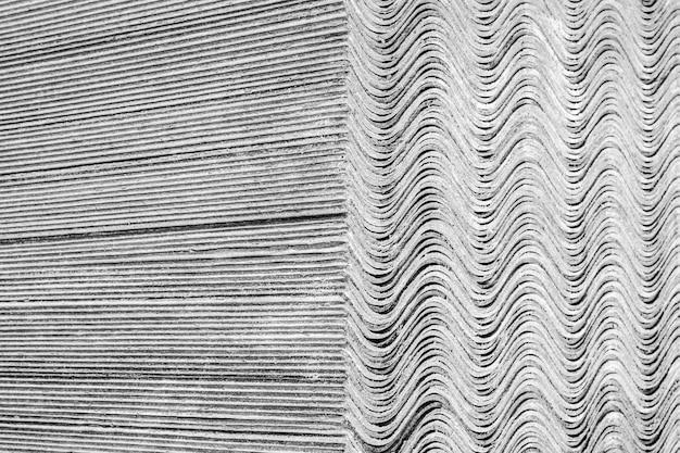 Texture di sfondo. i fogli di ardesia si trovano uno sopra l'altro e formano una superficie diritta e ondulata.