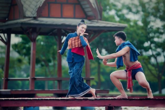 Thailandia donna che balla e uomo in costume stile nazionale costume: danza thailandia