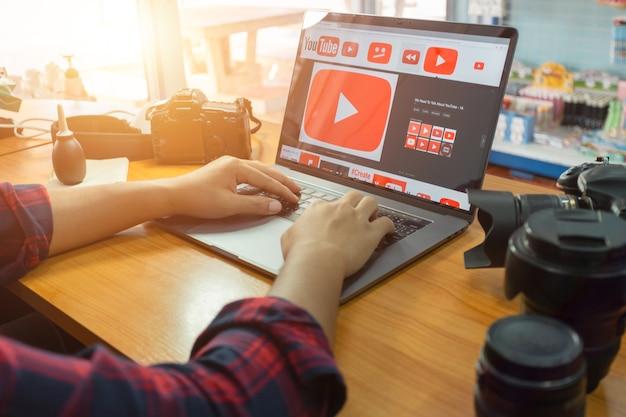 Thailandia i fotografi usano youtube per imparare a girare e girare i loro video.