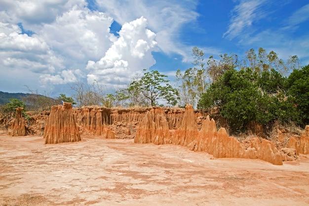 Thailandia invisibile, scultura belle meraviglie naturali del crollo del terreno sabbioso nel parco di lalu a ta phraya, sa kaeo, thailandia